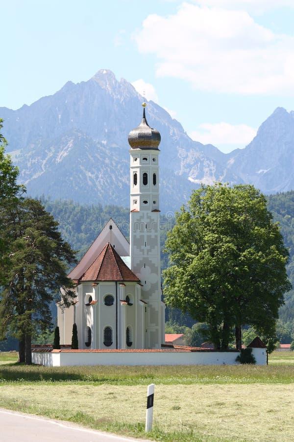 Chiesa e montagna, Germania immagini stock