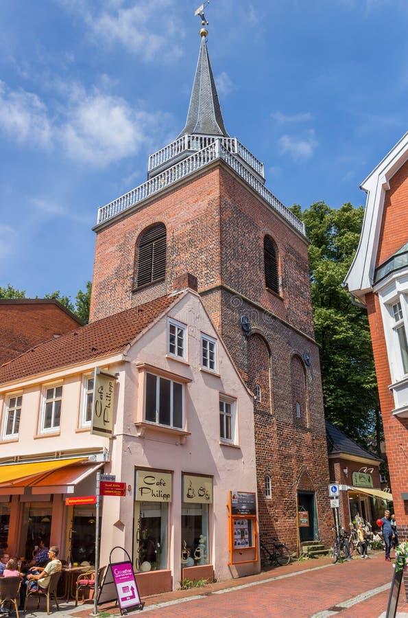 Chiesa e negozio di Lamberti nel centro storico di Aurich fotografie stock libere da diritti
