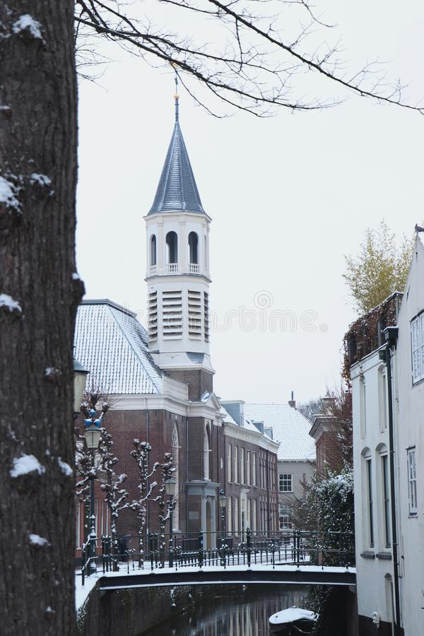 Chiesa e piccolo ponte a Amersfoort in neve fotografia stock libera da diritti