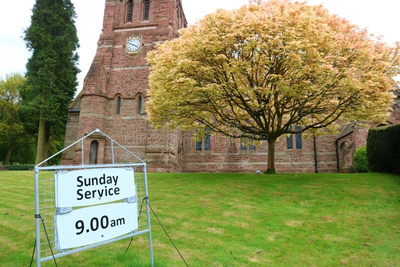 Chiesa e segno di servizio fotografie stock libere da diritti