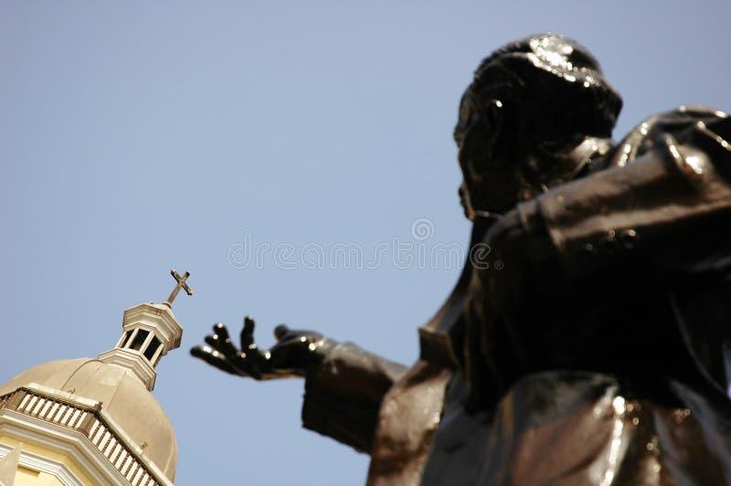 Chiesa e statua immagine stock