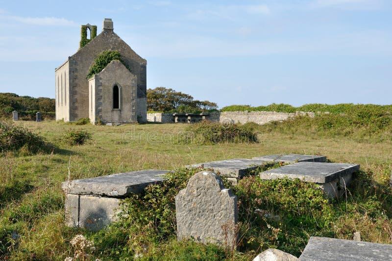 Chiesa e tombe di rovina dell'isola dell'Irlanda Aran fotografia stock