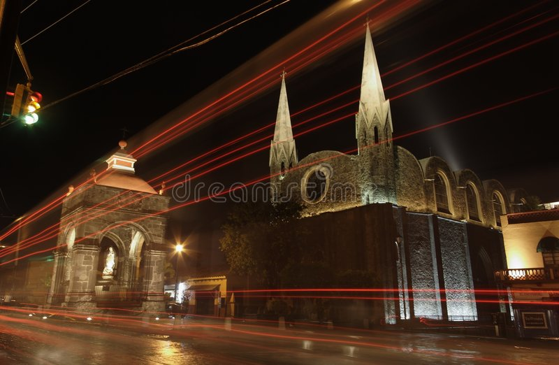 Chiesa ed altare alla notte fotografie stock