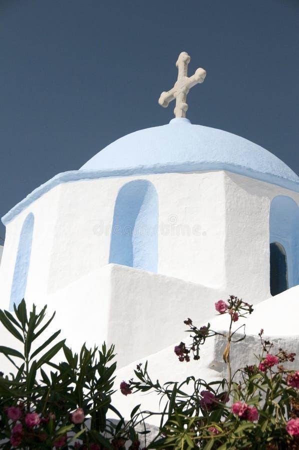 Chiesa greca classica dell'isola con la cupola blu fotografie stock