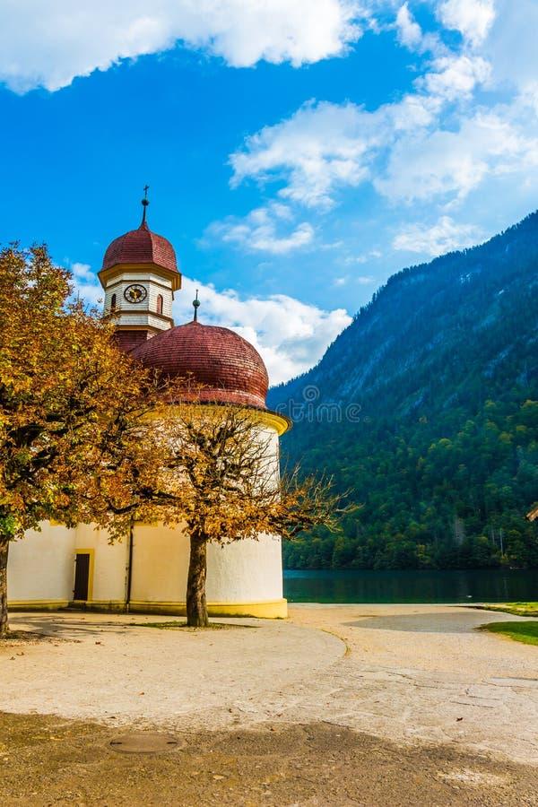 Chiesa incantante sul lago della montagna fotografie stock libere da diritti