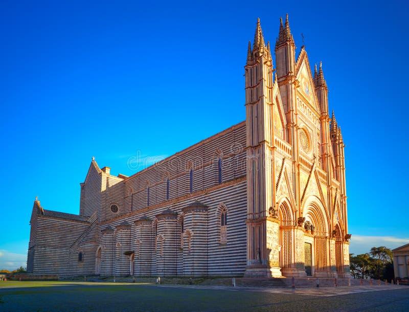 Chiesa medievale della cattedrale del duomo di Orvieto sul tramonto. L'Italia fotografia stock