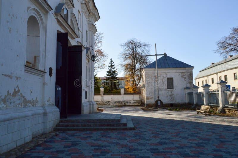 Chiesa misera di Christian Orthodox della vecchia povera pietra bianca antica con gli incroci fotografia stock