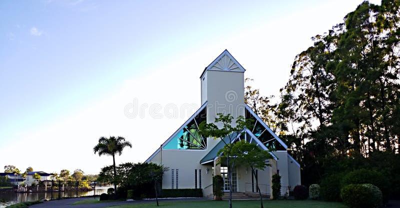 Chiesa moderna al tempio di alba nella protezione naturale del cielo blu e della regolazione fotografie stock