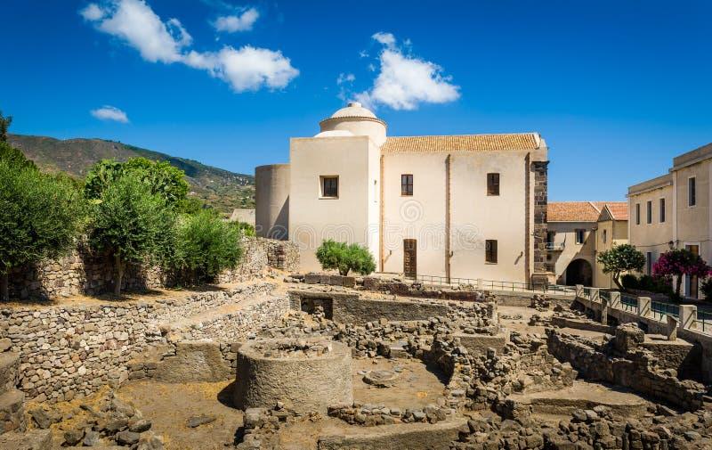 Chiesa nel vecchio centro città di Lipari fotografie stock libere da diritti