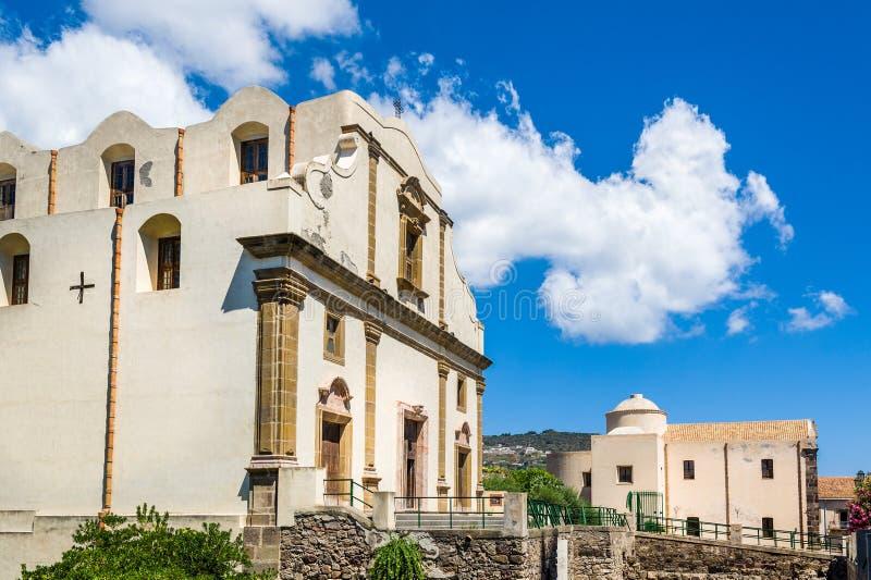 Chiesa nel vecchio centro città di Lipari fotografie stock