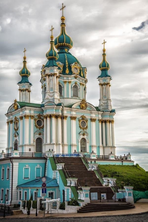 Chiesa nella città di Kiev sotto cielo blu immagine stock libera da diritti