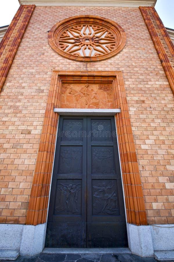 chiesa nella vecchia torre chiusa del mattone del vergiate immagine stock