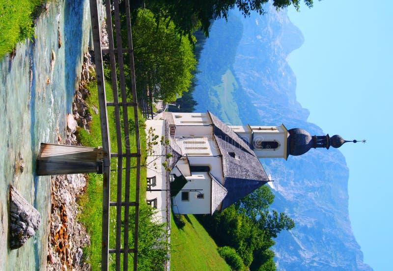 Chiesa nelle alpi bavaresi in Germania immagine stock