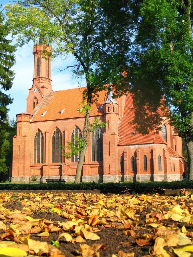 Chiesa neogotica in autunno fotografia stock libera da diritti