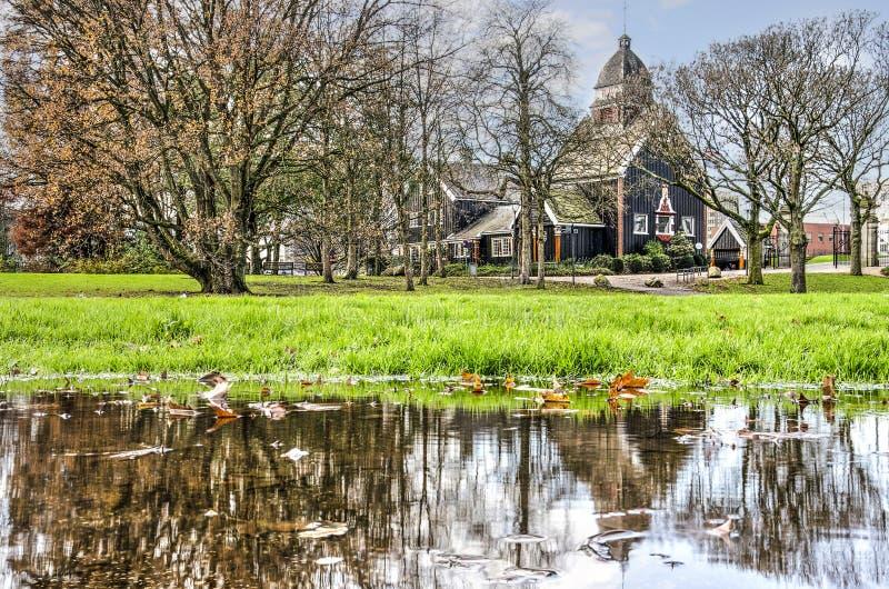 Chiesa norvegese in autunno immagini stock libere da diritti