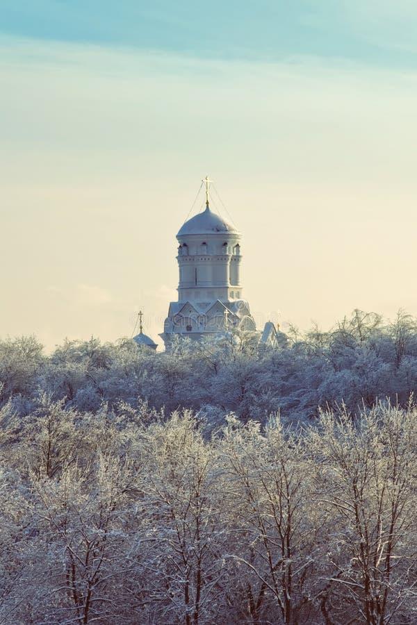 Chiesa ortodossa cristiana nel paesaggio di inverno immagine stock libera da diritti