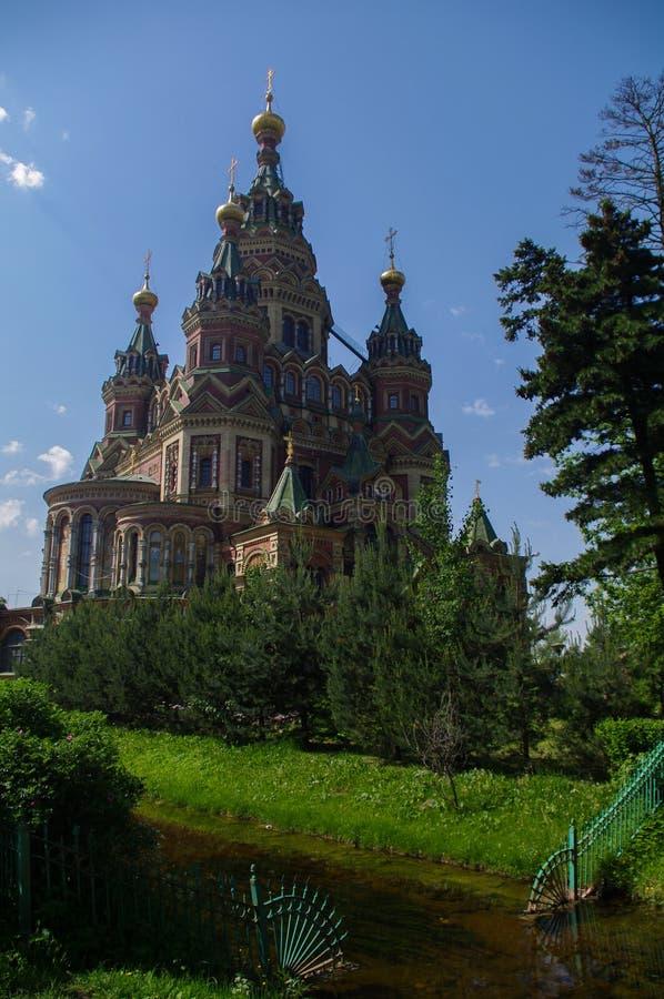 Chiesa ortodossa del ` s di Paul e di St Peter nella città russa di Peterhof vicino a San Pietroburgo fotografia stock libera da diritti