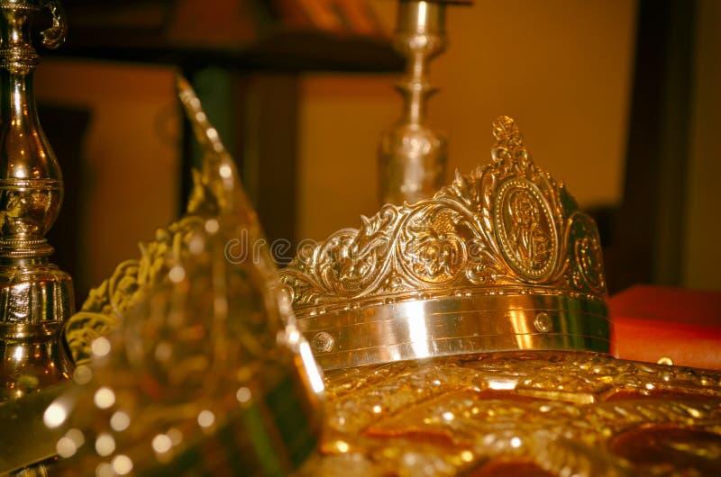 Chiesa ortodossa del sacerdote di nozze della corona immagini stock libere da diritti