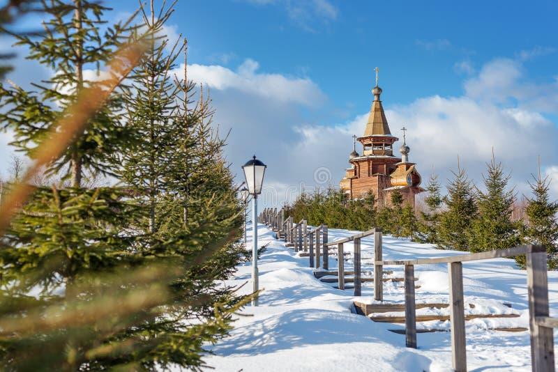 Chiesa ortodossa di legno al sole nell'orario invernale fotografia stock