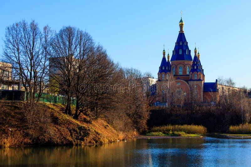 Chiesa ortodossa moderna all'autunno fotografie stock