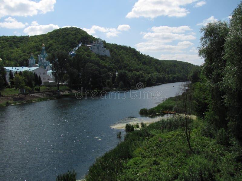 Chiesa ortodossa nella foresta sulla montagna sopra il fiume fotografie stock libere da diritti
