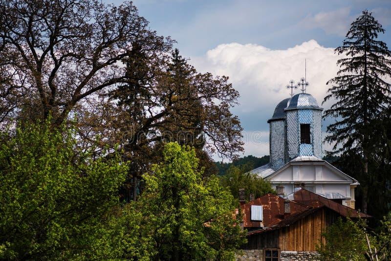 Chiesa ortodossa rumena in un piccolo villaggio immagini stock
