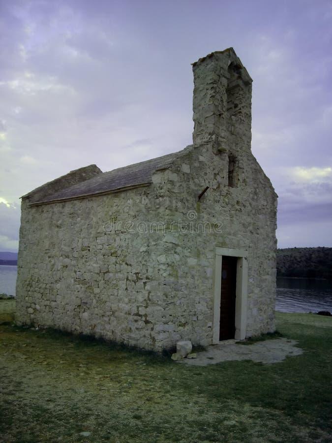 Chiesa a partire dal XV secolo in città croata Posedarje fotografia stock