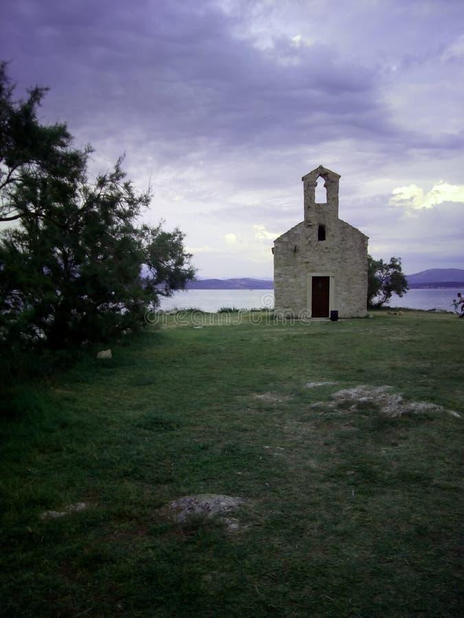 Chiesa a partire dal XV secolo in città croata Posedarje immagini stock