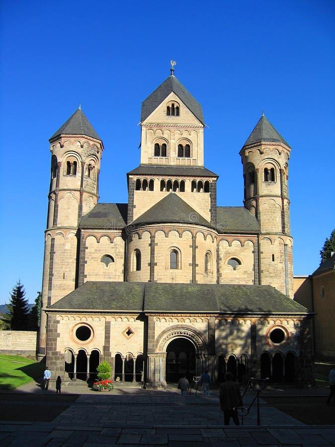 Chiesa romanica del monastero a Maria Laach alla luce di sera, Renania Palatinato immagini stock