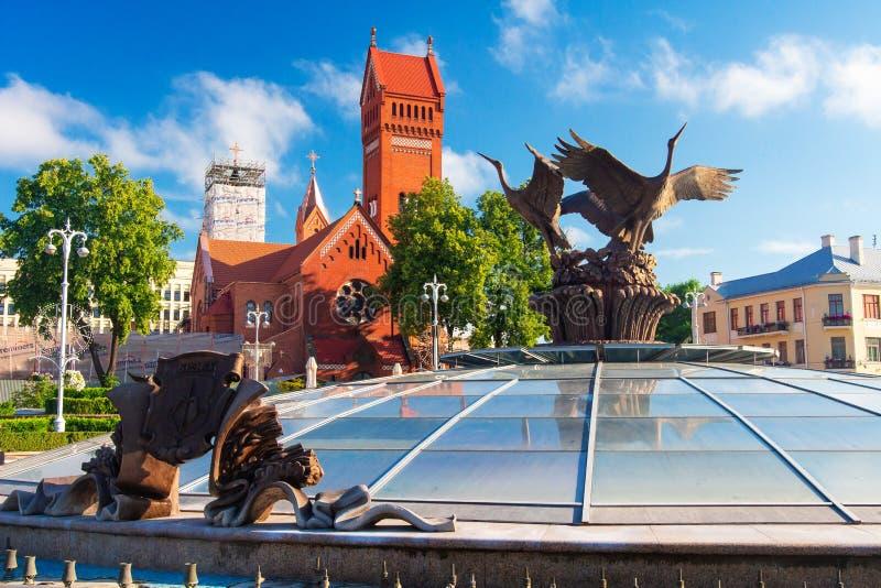 Chiesa rossa nel quadrato di indipendenza di Minsk, Bielorussia fotografia stock libera da diritti