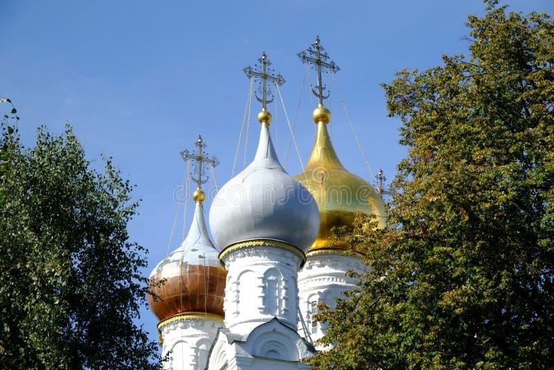 Chiesa russa con le cupole dorate fotografia stock