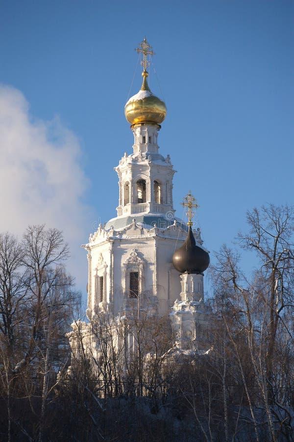 Chiesa russa nel posto rurale immagini stock