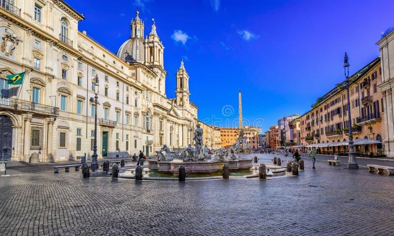 Chiesa Sant Agnese nel del Agone, di Palazzo Pamphilj e di Fontana Moro Moor Fountain sulla piazza Navona a Roma immagine stock
