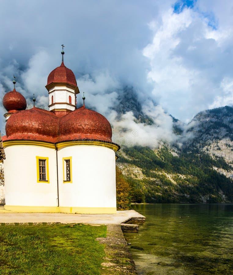 Chiesa St Bartholomew sulla riva del lago Königssee immagine stock libera da diritti