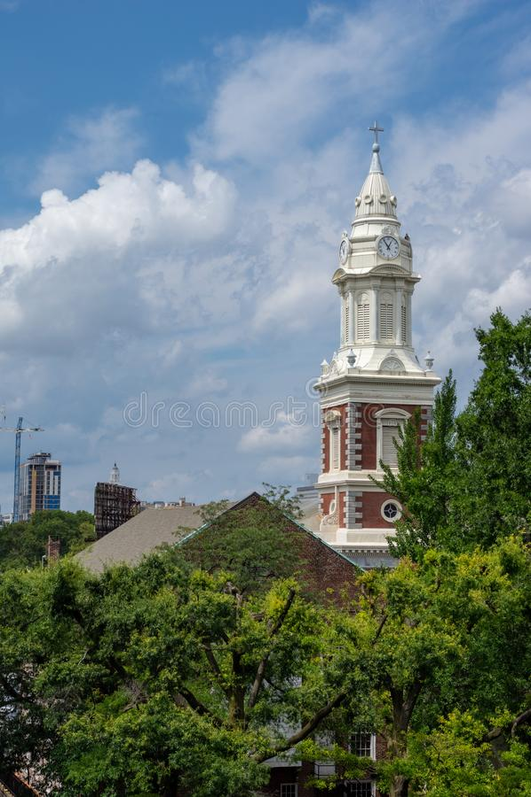 Chiesa Steeple negli alberi fotografie stock libere da diritti