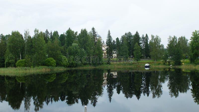 Chiesa sul fiume fotografia stock libera da diritti