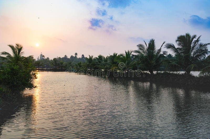 Chiesa sull'orizzonte, strada della spiaggia da Mararikulam a Kochin immagine stock libera da diritti