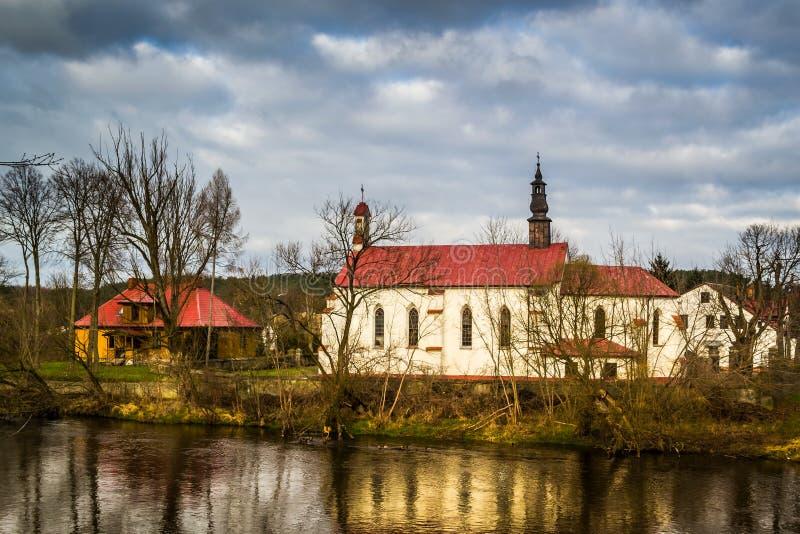 Chiesa sulle banche del fiume di Pilica - Inowlodz, Polonia immagini stock