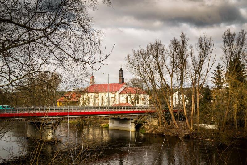 Chiesa sulle banche del fiume di Pilica - Inowlodz, Polonia fotografia stock libera da diritti