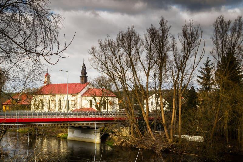 Chiesa sulle banche del fiume di Pilica - Inowlodz, Polonia fotografia stock