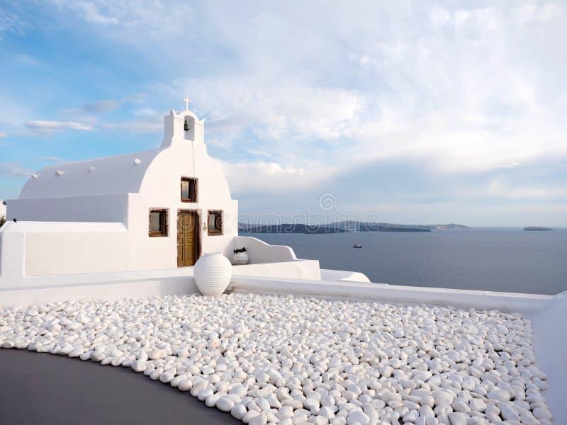 Chiesa tradizionale con la vista del mare fotografia stock