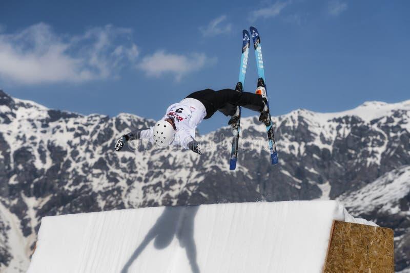 CHIESA VALMALENCO: Europäische Schale des Freistil-Ski-FIS, Athlet springen stockfoto