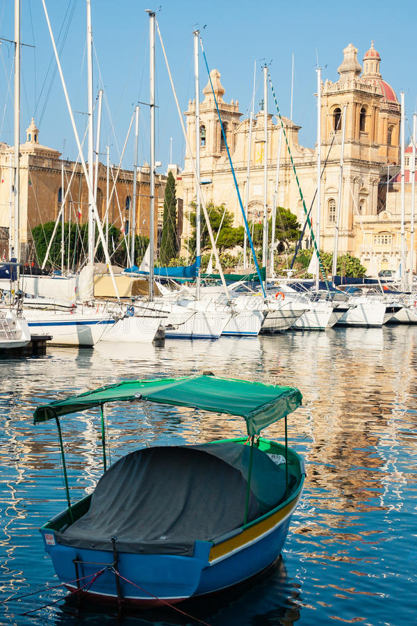 Chiesa variopinta del ` s di St Lawrence di vista e della barca, Isla, Malta fotografie stock