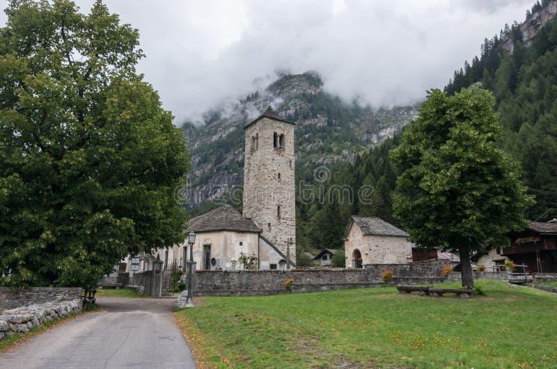 Chiesa Vecchia Petite église romane de village dans Staffa, Ðœacu photo libre de droits