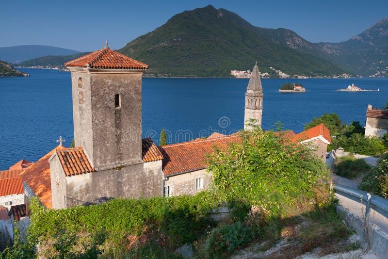 Chiese antiche in Perast. Baia di Cattaro immagini stock libere da diritti