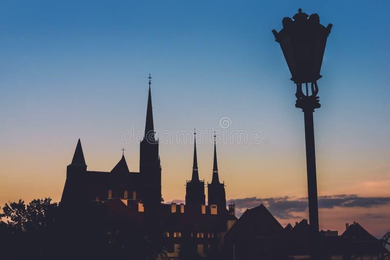 Chiese di Wroclaw e siluette della lanterna anche fotografia stock