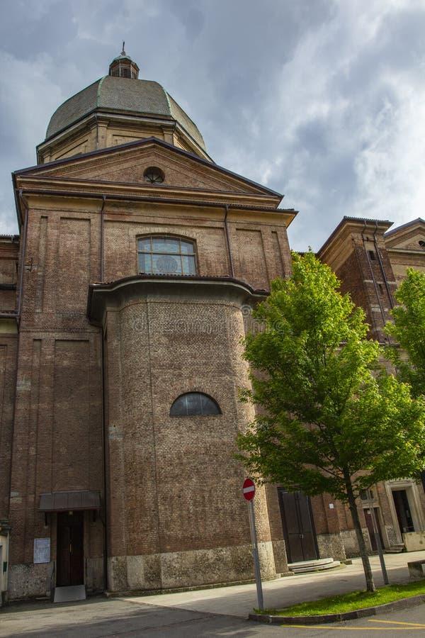 Chiese italiane tipiche Gallerie dell'arco aguzzo nei lati esterni della cattedrale gotica in Italia fotografie stock libere da diritti