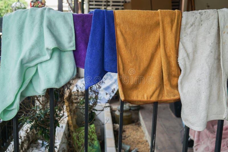 Chiffons propres après lavage sec sur le cintre de tissu photo libre de droits