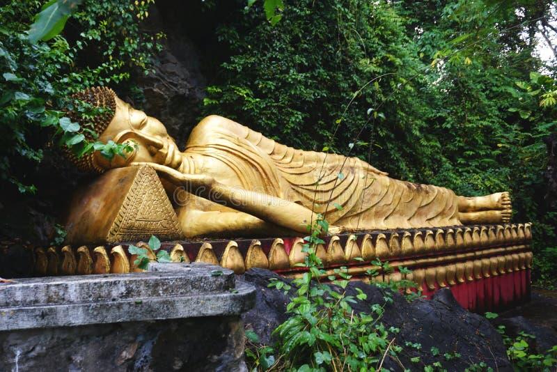 Chiffre étendu de Bouddha sur le bâti Phousi dans Luang Prabang, Laos photographie stock