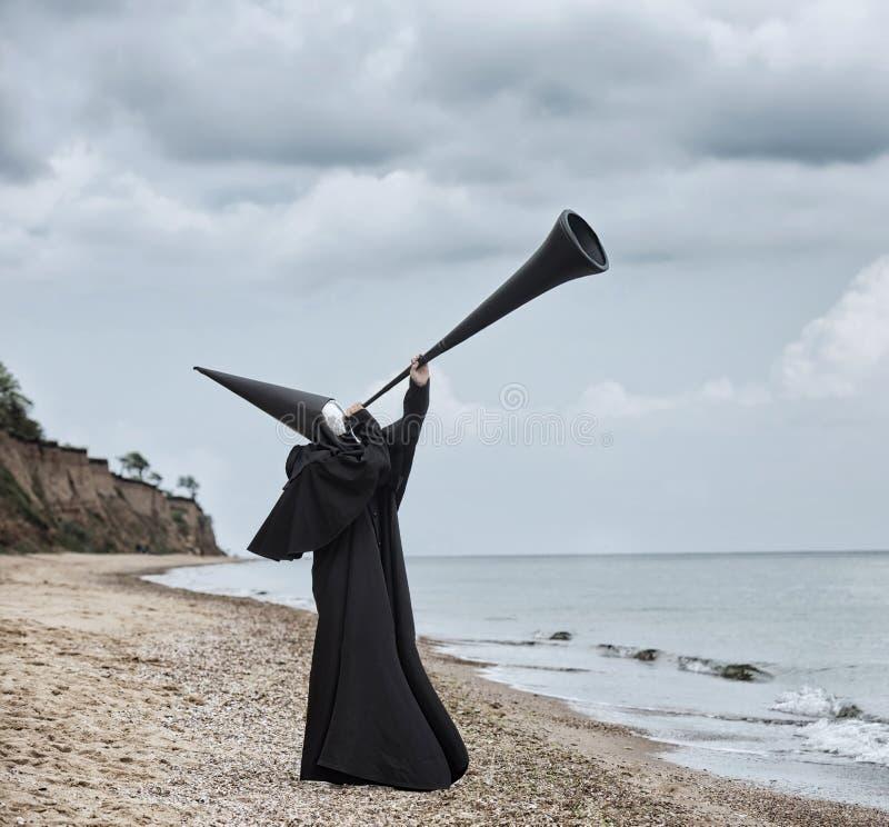 Chiffre étrange dans le manteau noir avec le visage de miroir image libre de droits